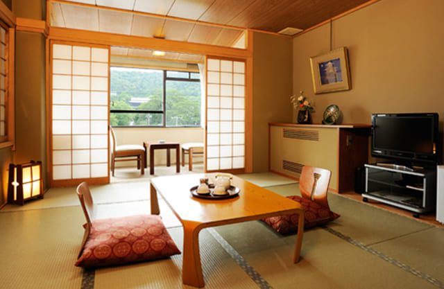 季節の移ろいを感じられるひととき。風光明媚な東山三十六峰(東山)向きお部屋